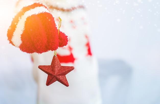 Halten sie den roten stern zum dekorieren auf der weihnachtsfeier