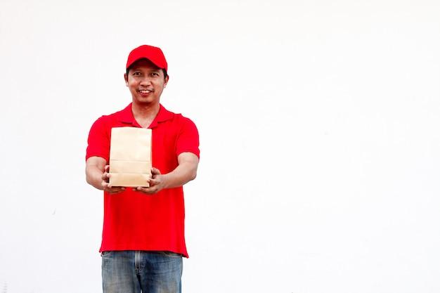 Halten von verschiedenen zum mitnehmen lebensmittelbehältern, von pizzakarton, in der halterung und in der papiertüte, nahaufnahme. hellgrauer hintergrund, platz zum einfügen ihres textes. lieferant.