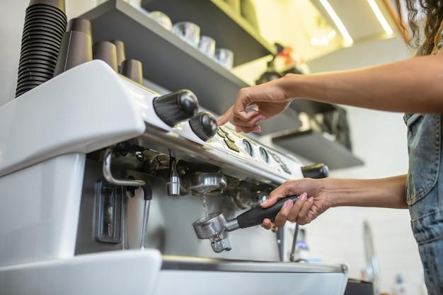 Halter, filter. frauenhände, die wäsche unter fließendem wasserfilter von der kaffeemaschine reinigen, kein gesicht