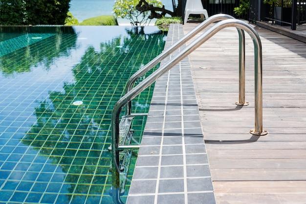 Haltestangenleiter im blauen swimmingpool