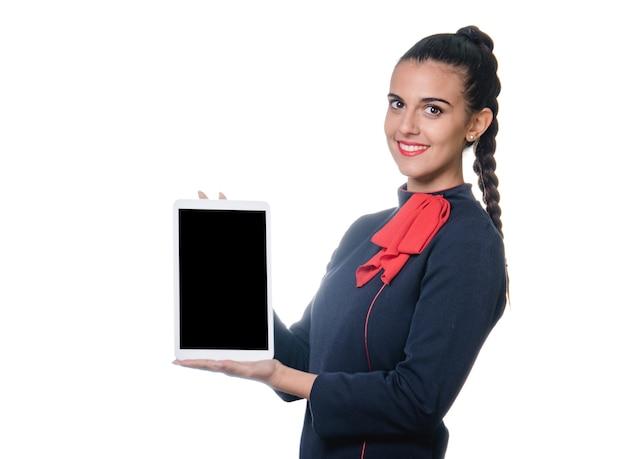 Haltevorrichtung der jungen luftverwalterin mit leerem bildschirm in der hand.