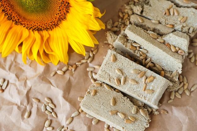 Halva in stücke geschnitten mit sonnenblumenkernen draufsicht saftige dessertscheiben