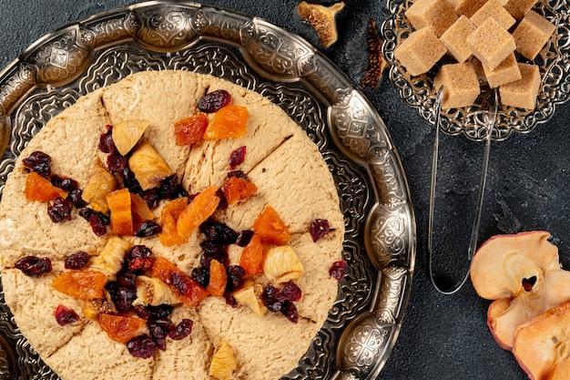 Halva mit getrockneten früchten auf arabischem geschirr