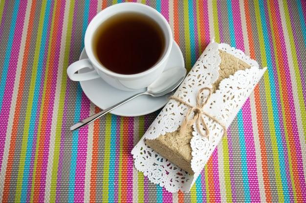 Halva mit östlicher süße und eine tasse tee