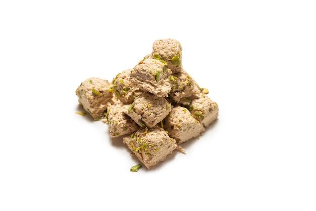 Halva mit pistazien auf weiß isoliert
