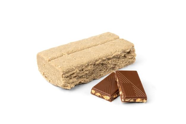 Halva und schokolade isoliert auf weiß.