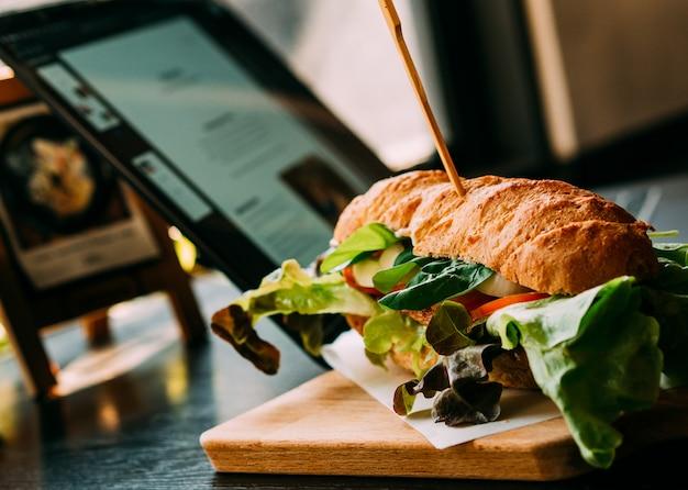 Hamberger fast food mit kaffee im restaurant