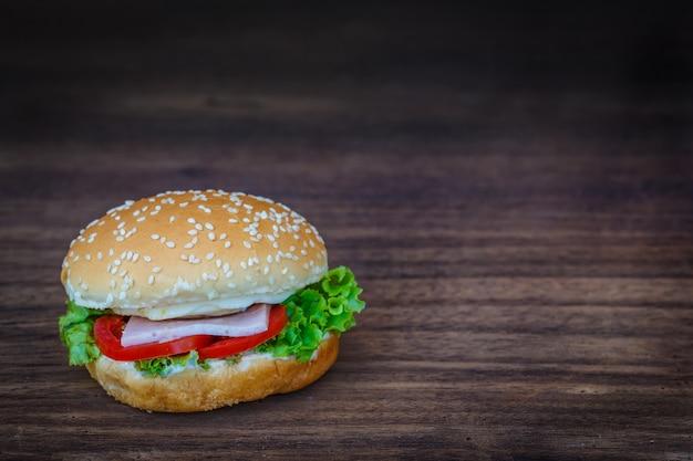 Hamburger auf holzboden