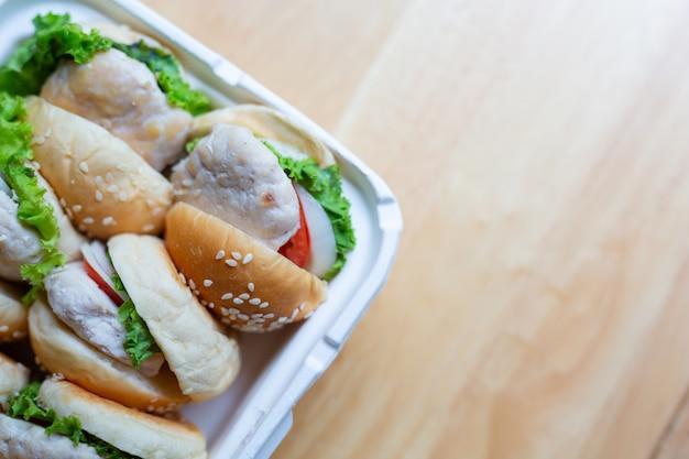 Hamburger auf holzböden.