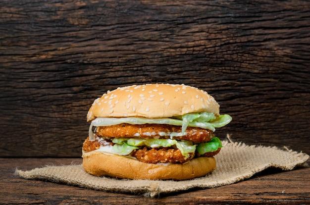 Hamburger ein huhn auf einem holz