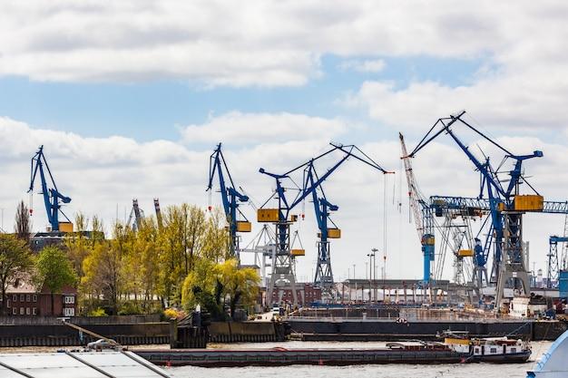 Hamburger frachthafen mit kränen beim beladen eines schiffes