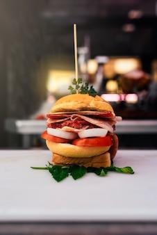 Hamburger in metzgerei.