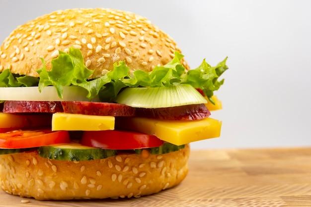 Hamburger mit gemüse und wurst