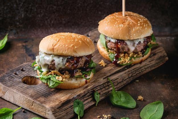 Hamburger mit rindfleisch und spinat