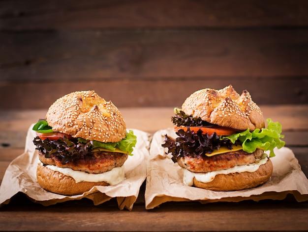 Hamburger mit saftigem putenburger, käse, tomaten und tartarsauce