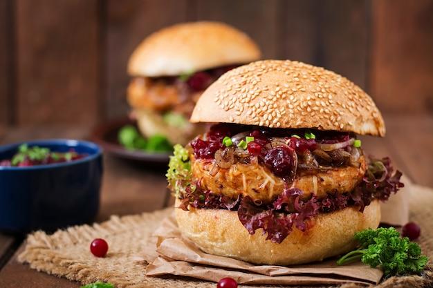 Hamburger mit saftigem putenburger mit käse, karamellisierten zwiebeln und preiselbeersauce