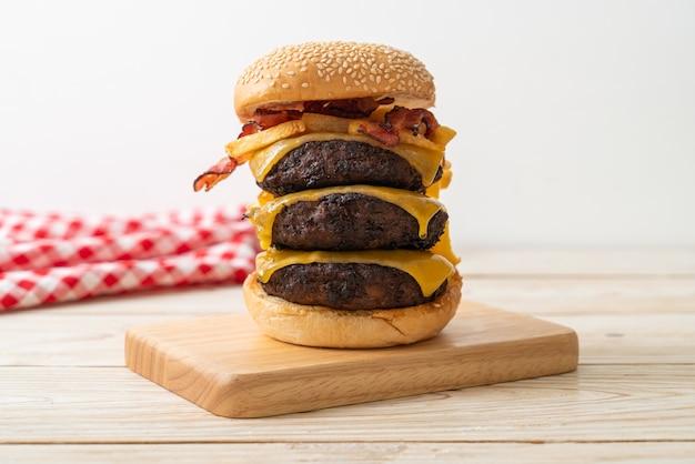 Hamburger oder beef burger mit käse, speck und pommes frites - ungesunde küche