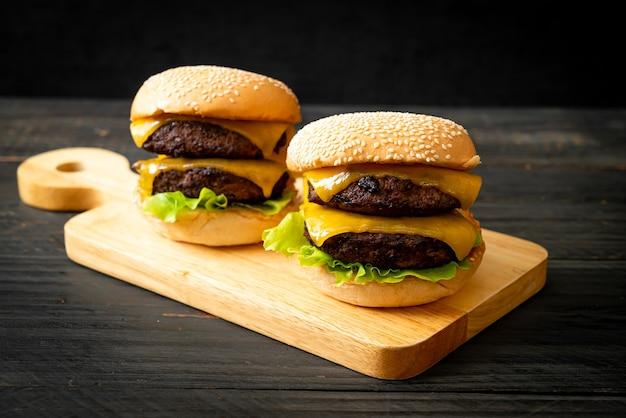 Hamburger oder beefburger mit käse - ungesunde ernährungsweise