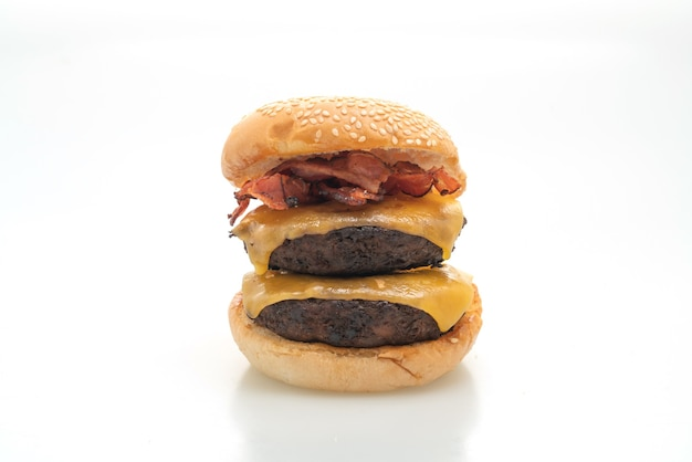 Hamburger- oder rindfleischburger mit käse und speck - isoliert