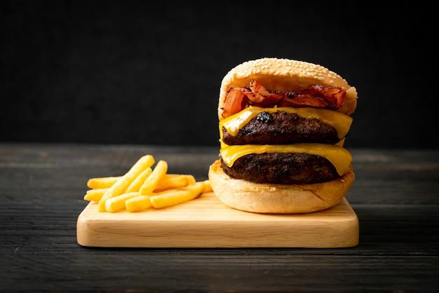 Hamburger- oder rindfleischburger mit käse und speck - ungesunde ernährung