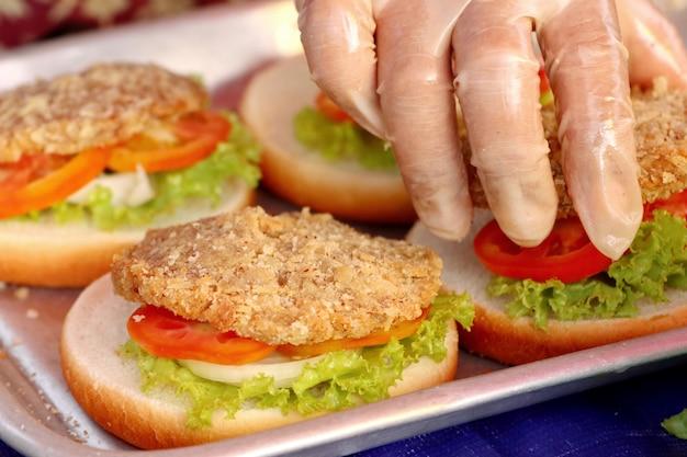 Hamburger schweinefleisch am straßenlebensmittel