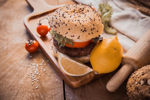 Hamburger selbst gemacht auf hölzerner tabelle.