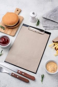 Hamburger und pommes auf dem tisch serviert