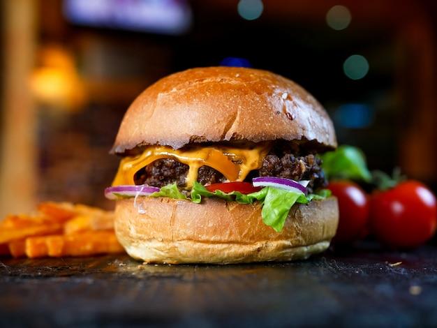 Hamburger und pommes auf einem tisch