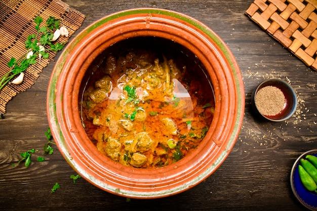 Hammelfleisch-curry handi-nahrungsmittelphotographie
