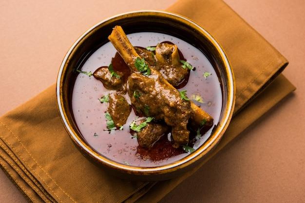 Hammelfleisch oder gosht masala oder indisches lamm rogan josh mit gewürzen, serviert mit naan oder roti, selektiver fokus