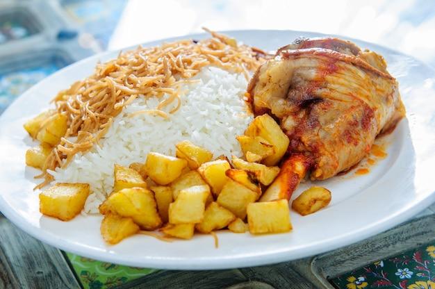 Hammelfleischlamm kacchi biryani mit chili und leben auf weißem plattenhintergrund