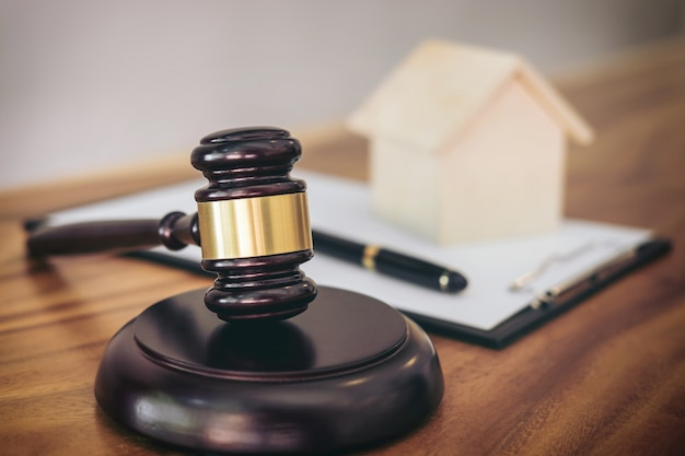 Hammer am klingenden block im gerichtssaal für hausversicherung entscheiden