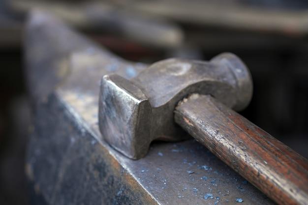 Hammer auf einem unscharfen hintergrund