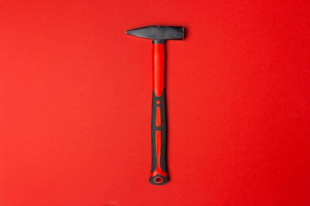 Hammer auf farbigem hintergrund