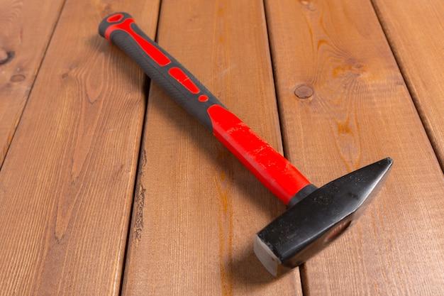 Hammer auf holzoberfläche. ansicht von oben