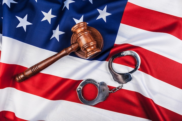 Hammer, handschellen und amerikanische flagge