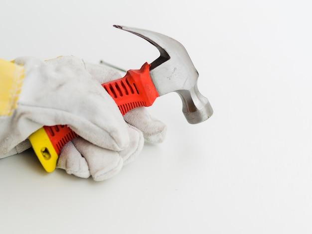 Hammer in der hand mit handschuh