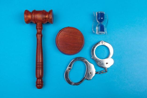 Hammer mit ständer und handschellen