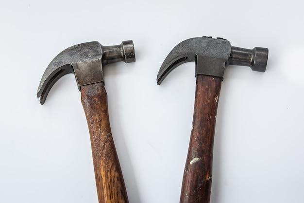 Hammer mit zwei hauptweinlesen auf dem weißen hintergrund, isolat altes tischlerwerkzeug