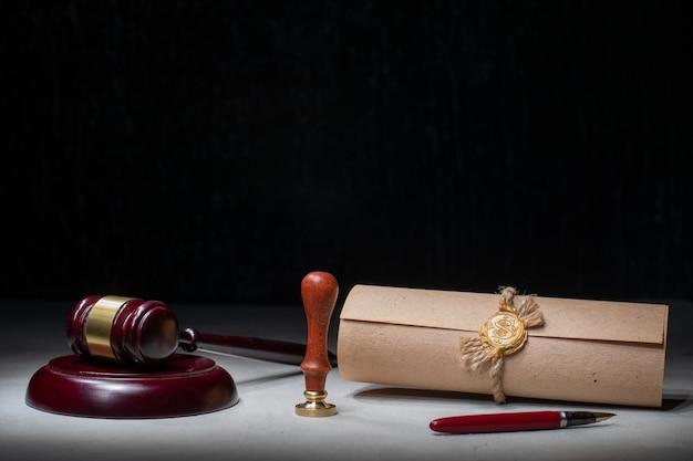 Hammer notars öffentliche feder und stempel auf testament und testament. notarielle werkzeuge