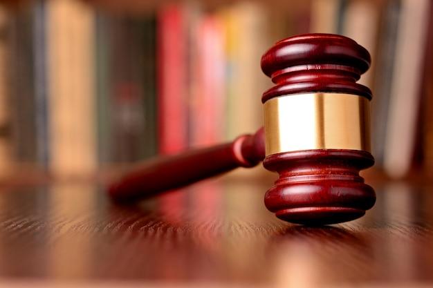 Hammer, symbol für gerichtsentscheidungen und gerechtigkeit