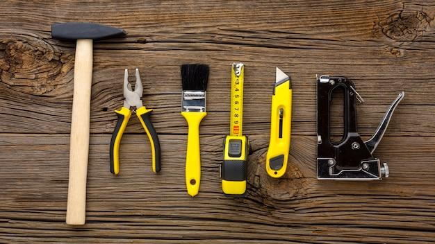 Hammer und gelbe reparatursatzwerkzeuge