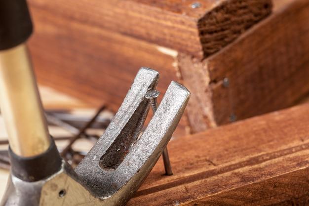 Hammer und nägel auf holz