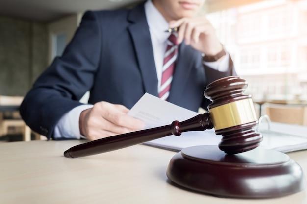 Hammer und soundblock für gerechtigkeit recht und anwalt arbeiten auf hölzernen schreibtisch hintergrund