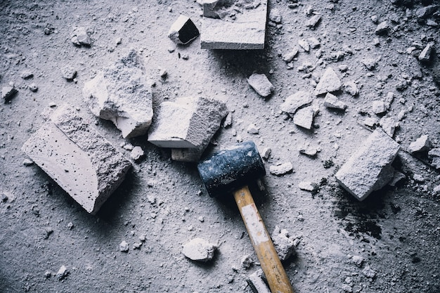 Hammer zertrümmert mit heller ziegelsteinmasse zerbricht baukonzept