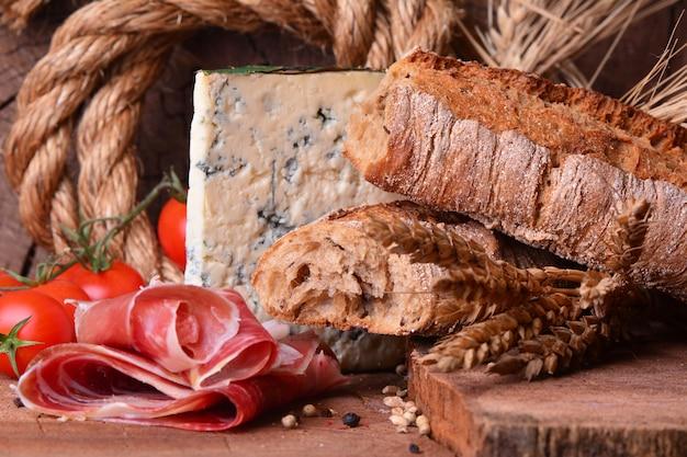 Hamon mit frischem brot und blauschimmelkäse