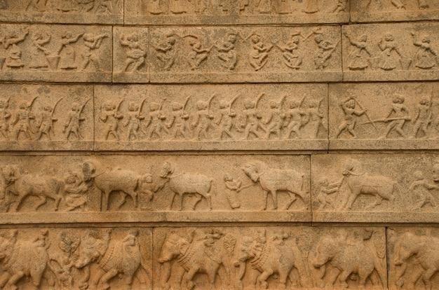 Hampi, karnataka, indien - 25. september 2010: geschnitzter sandstein am hazara rama tempel
