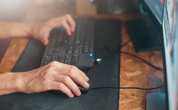 Hand auf die maus. geschäftsmanngebrauchs-computer-pc auf nachtzeit