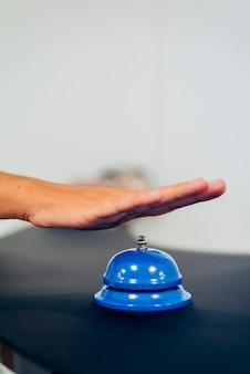 Hand auf einem blauen glocke
