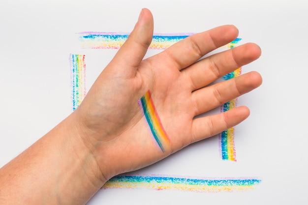 Hand auf rahmen in lgbt-farben
